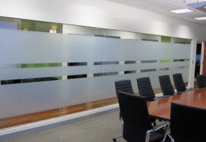 Матовая пленка для стекла в переговорной комнате